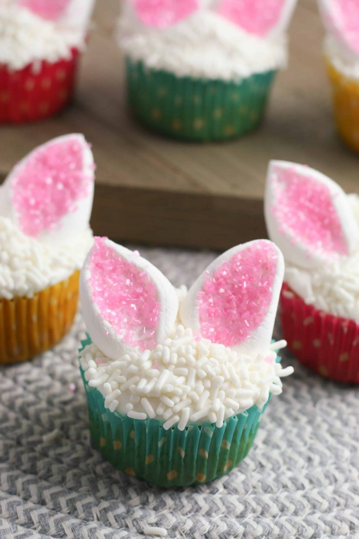 Looking for something fun to make for the Spring season? Check out these super cute and easy bunny ear cupcakes!