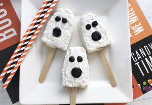 Check out these easy and fun ghost halloween snacks for kids! These treats are perfect for family friendly halloween parties and get togethers! #halloweensnack #halloweenparty