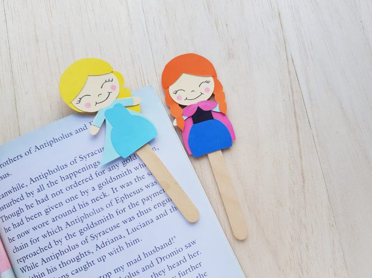 This fun craft is great for kids! Create a DIY Ana and Elsa bookmark from the Frozen franchise to use for daily reading!